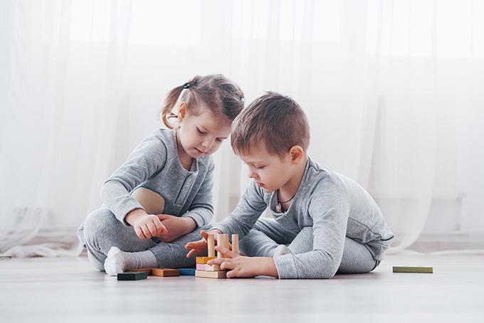 床で遊ぶ子ども