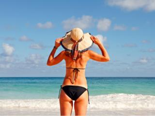 浜辺に立つ水着姿の女性