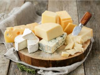 木の皿にのったさまざまな種類のチーズ