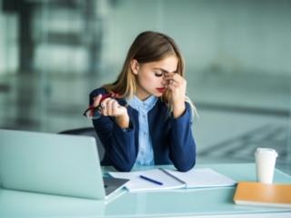 パソコンで目が疲れている女性