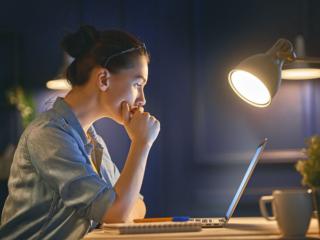 夜勤中の女性
