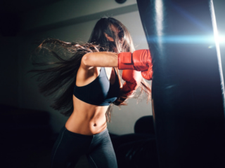 ボクシングのエクササイズに励む女性