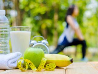 テーブルの上にあるバナナとストレッチをする女性