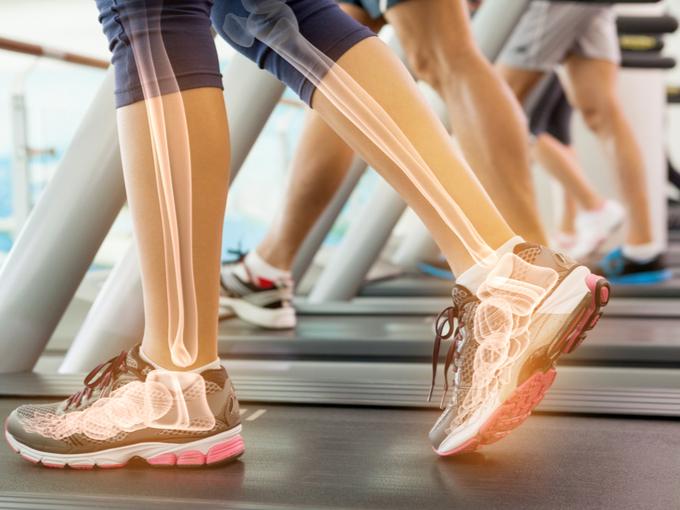 ウォーキングマシンを歩く足元と透けて見える骨のイメージ