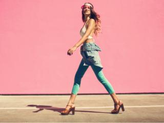 ヒールの靴を履いて歩く、引き締まった脚の女性