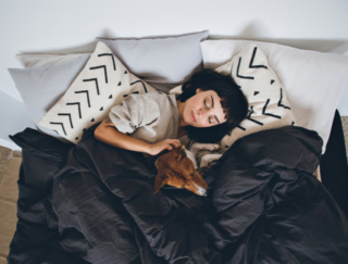 """熟睡を引き出す力は睡眠ホルモン並み! """"恋人の匂い""""が安眠に効くみたい"""
