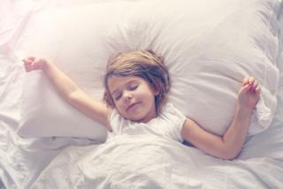 幼い女の子が気持ちよく寝ている画像