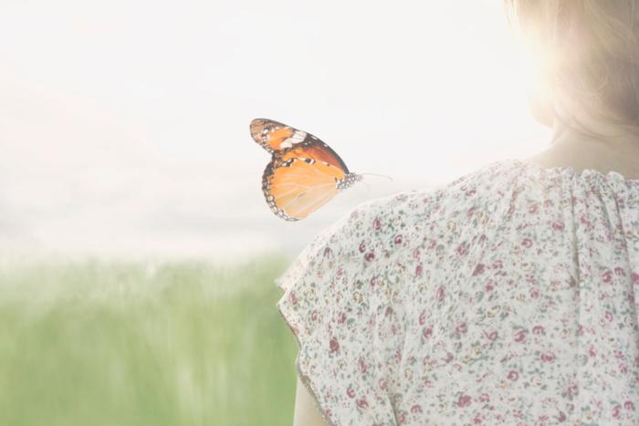 蝶と女性の写真