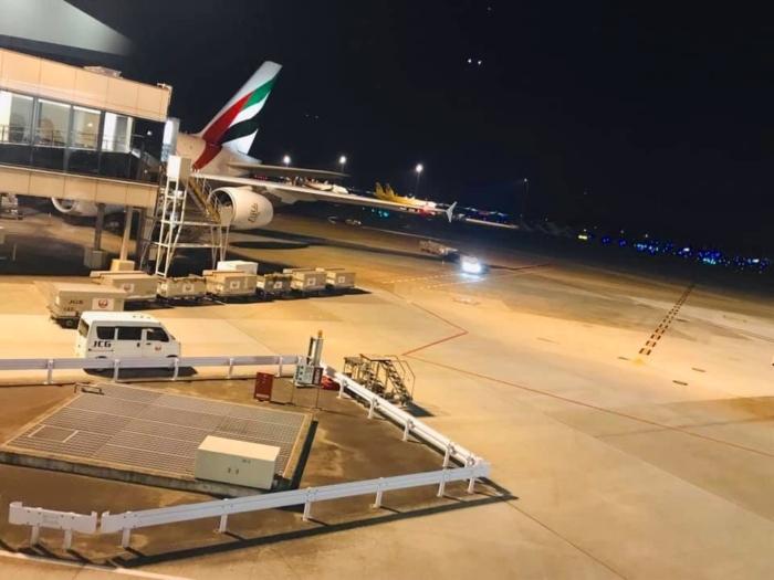 夜の空港外の飛行機画像