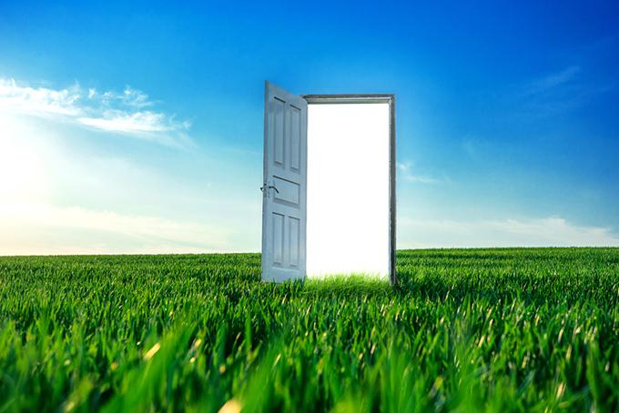 草原の中に扉がある写真