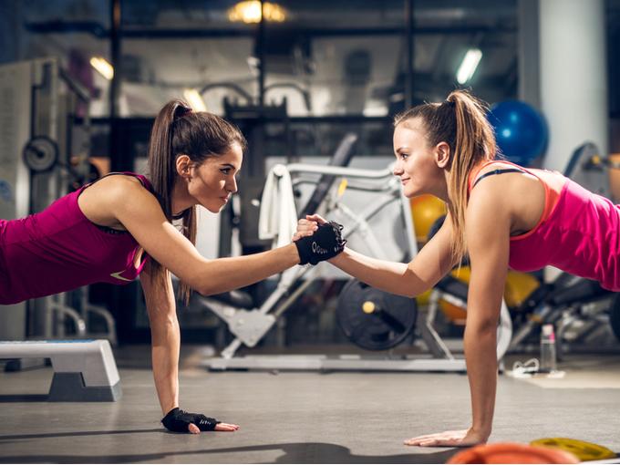 トレーニングに励む女性2人