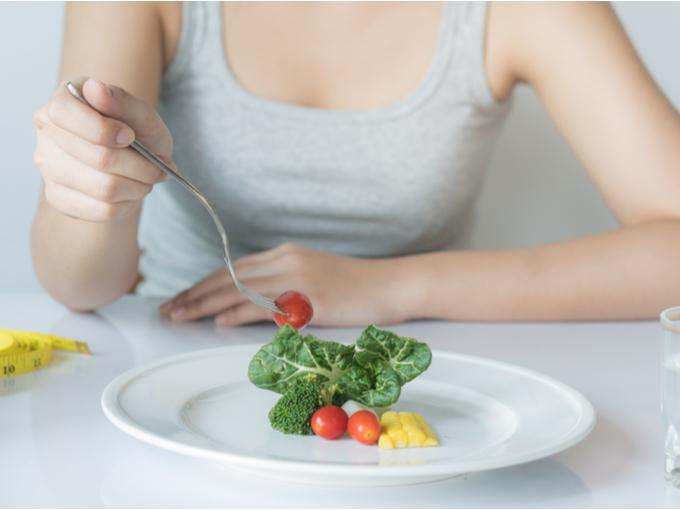 野菜を食べる女性の手元