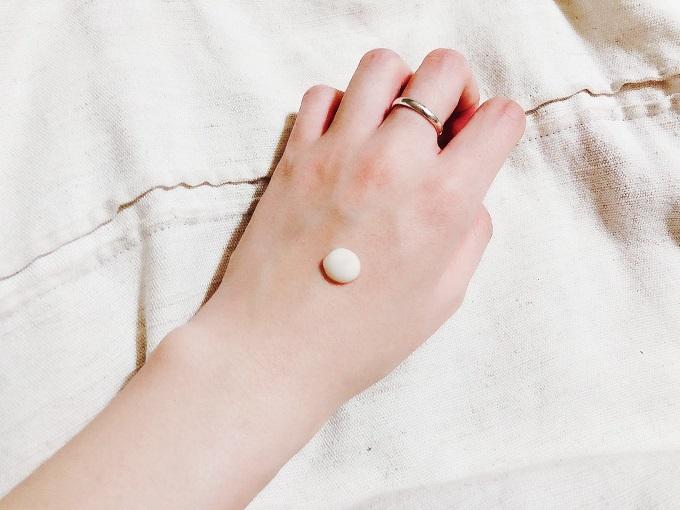 手の甲にプレミアム美容液を出している画像