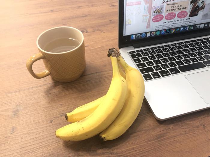 デスクに置かれたバナナ