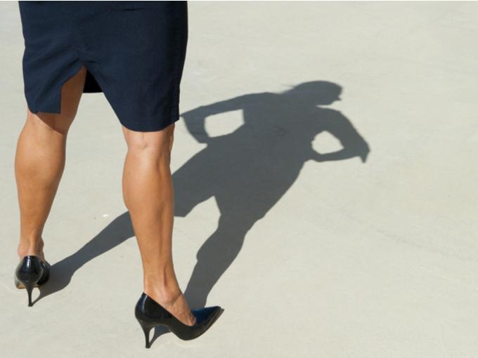 ヒールを履いた女性の足元