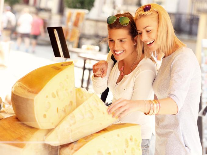 チーズを品定めする女性