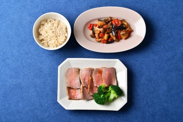 ローストビーフがメインの3皿の画像