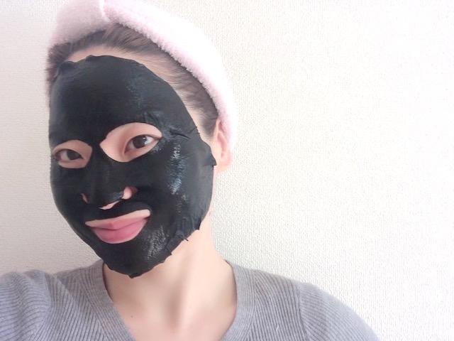 炭シートマスク LEUNGESSMOREをしている寒川さん