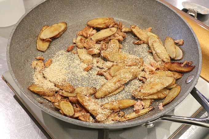 ごぼうをフライパンで炒めてしょうゆで味つけし、すりごまをふりかける