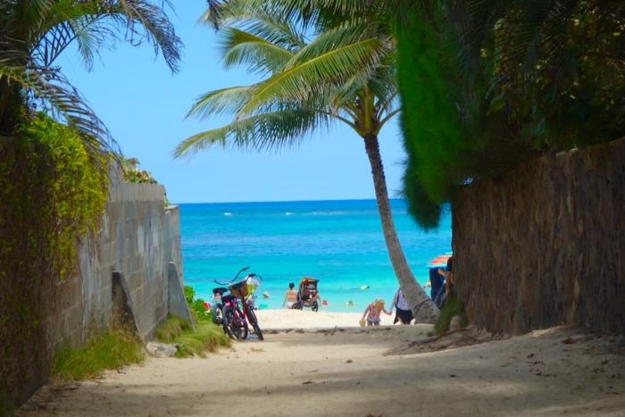ハワイの海が見える裏道