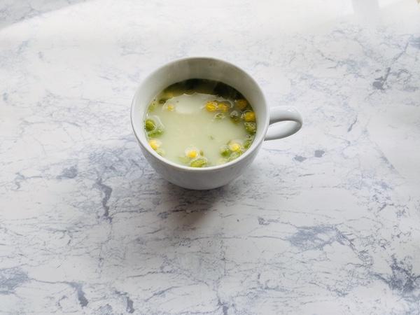 お湯を注いででき上ったポタージュスープ