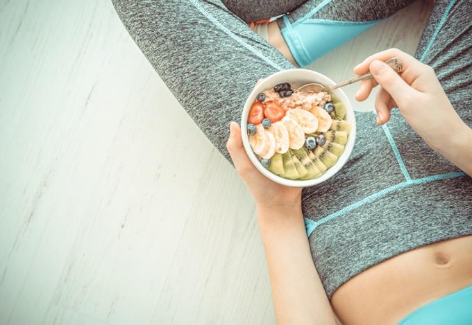 運動後にグラノーラを食べている女性