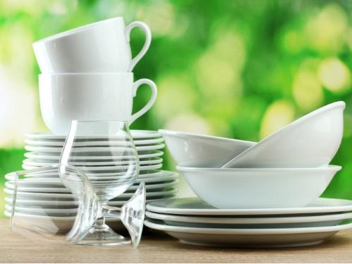 積み重なったお皿とカップ