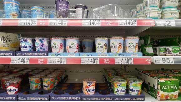 スーパーの棚に並ぶスキム(棚中央)