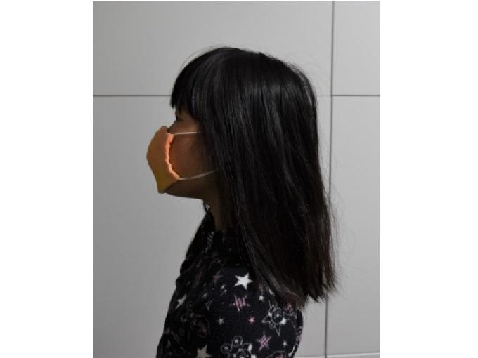 マスクをつけた子どもの横顔