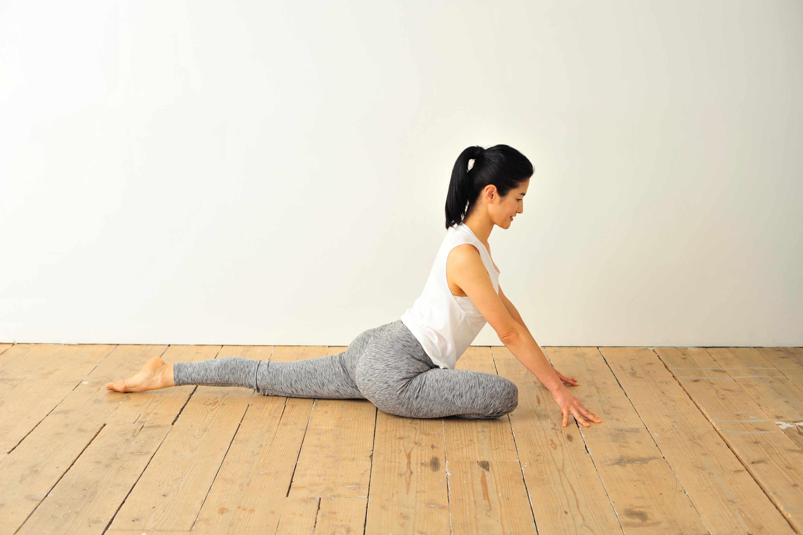 片脚をうしろにして股関節を伸ばす
