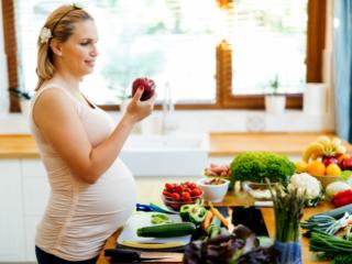 フルーツや野菜を調理する妊婦
