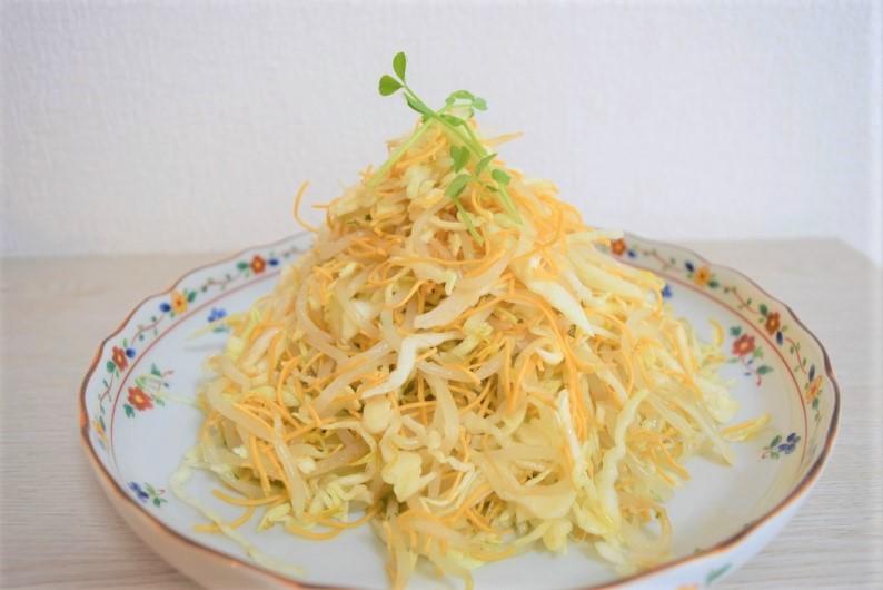 お皿に盛ったサラダの画像
