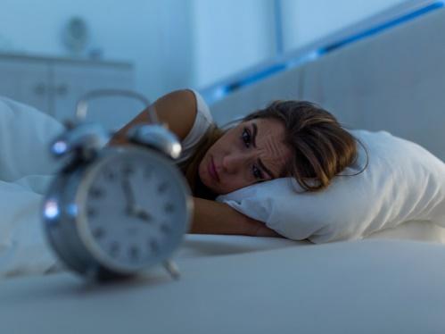 4時なのに眠れない女性
