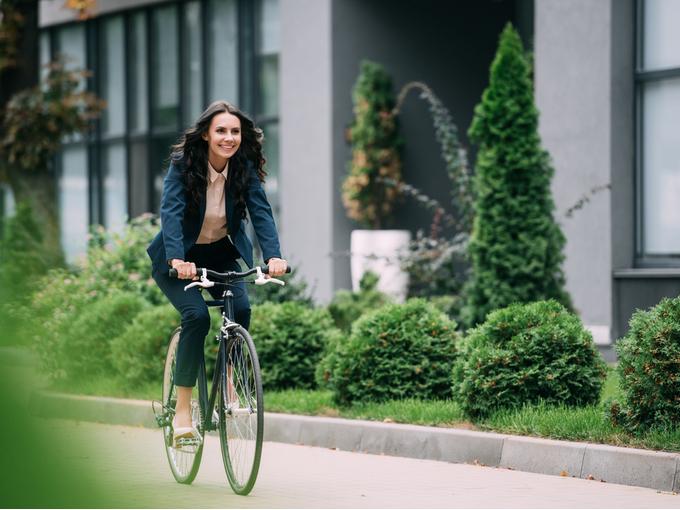 自転車で通勤する女性