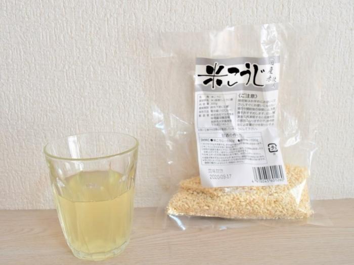 こうじ水(コップと袋)の画像
