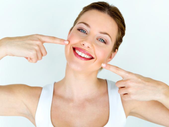 きれいで白い歯の女性