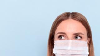 マスクをする女性の顔画像