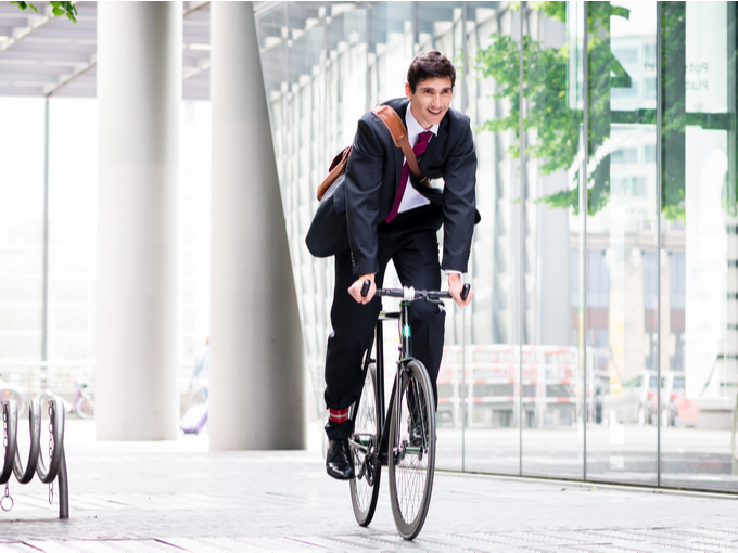自転車通勤する男性