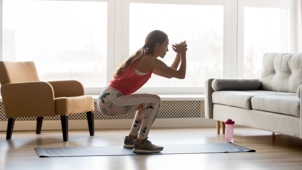 自宅でエクサをしている女性の写真