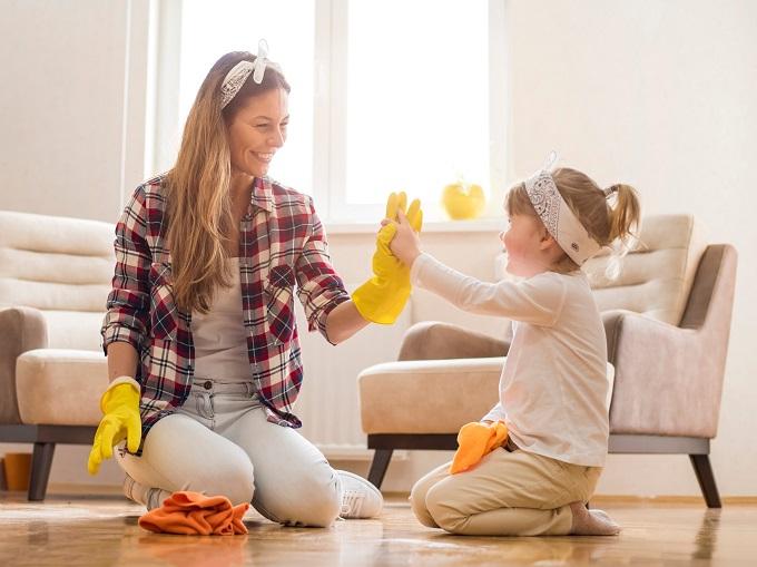 子どもと女性が一緒に掃除をしている
