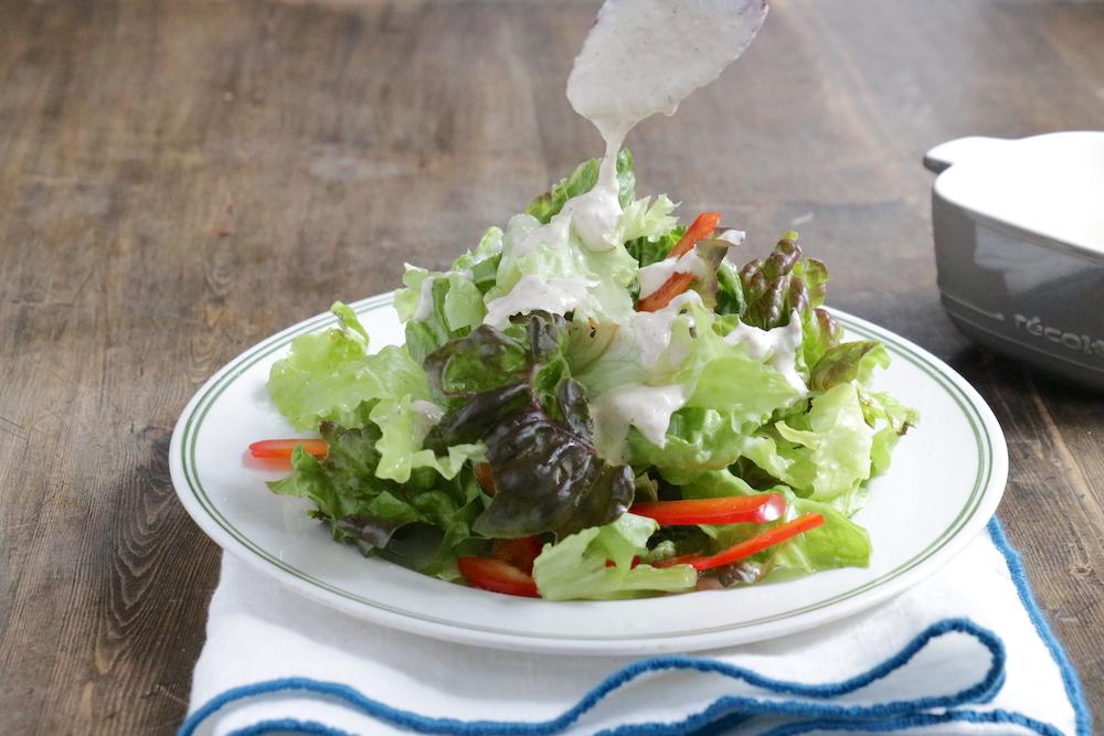 サラダにかけたツナのヨーグルトドレッシング
