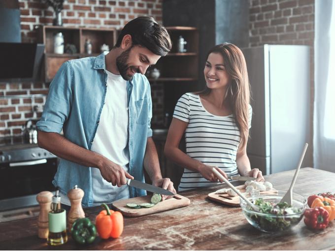 食事を作る夫婦