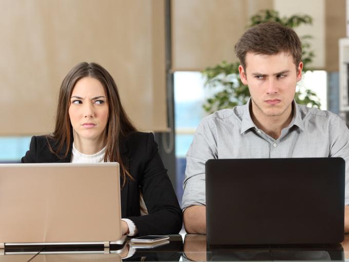 睨み合う男性と女性の同僚