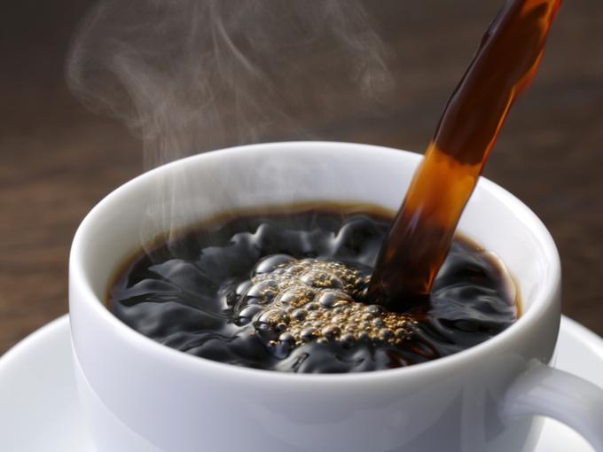 カップにコーヒーを注いでいる様子
