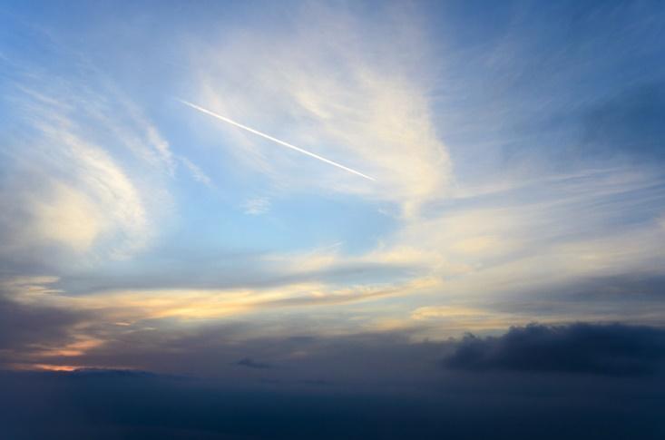 空にたなびく飛行機雲の画像