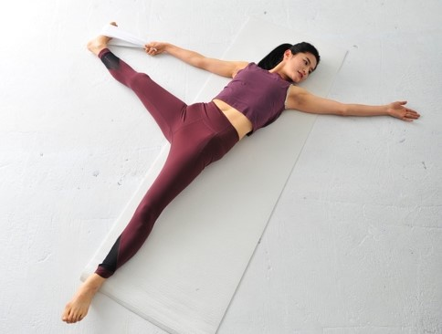 タオルの脚を伸ばしながら、逆の手足も伸ばす