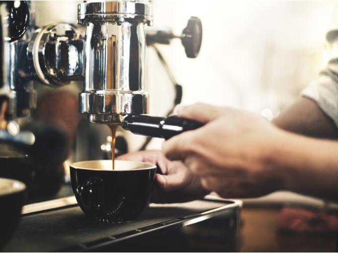 コーヒーを煎れる様子