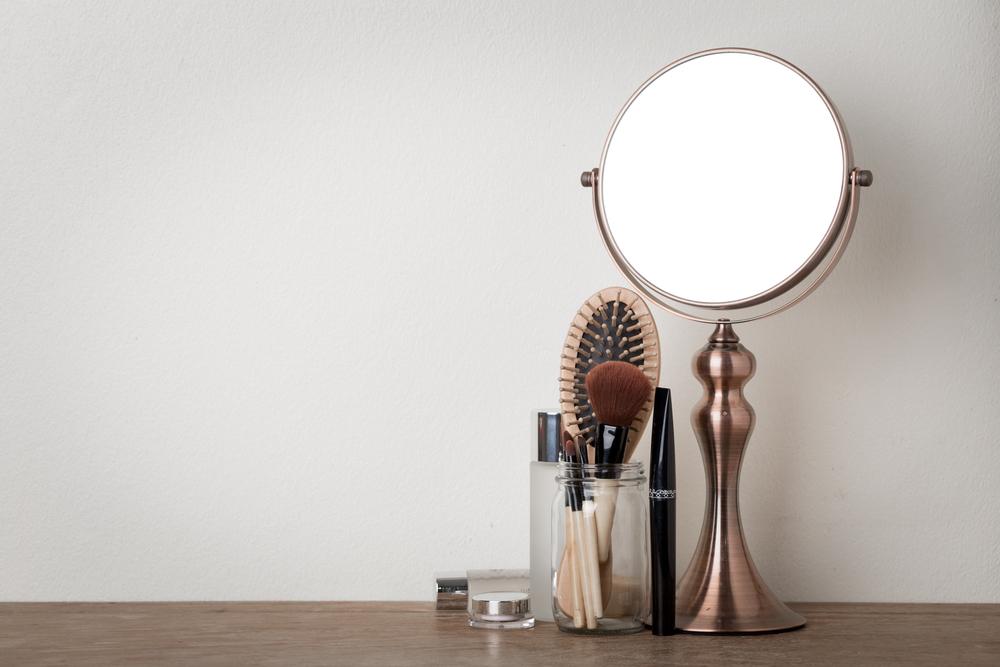 鏡、ブラシなどの画像