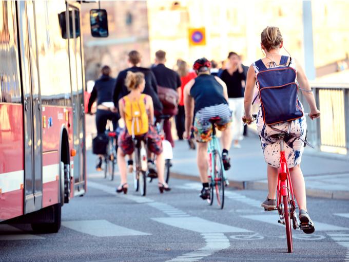 自転車に乗って通勤通学する市民