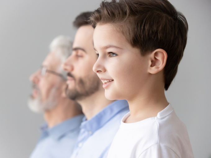 孫、父、祖父の3世代で並ぶ男性